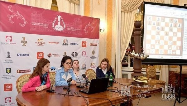 Китаянка Хоу Ифань и украинка Мария Музычук на ЧМ по шахматам во Львове