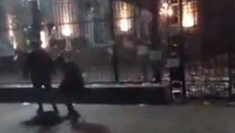 Посольство России в Киеве забрасывают коктейлями Молотова
