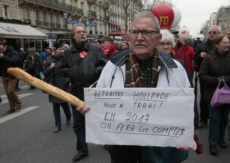 Французские пенсионеры принимают участие в демонстрации в Париже