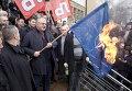 Сербский лидер ультра-националистов Воислав Шешель в окружении своих сторонников сжигает флаг НАТО во время акции протеста перед зданием Специального суда в Белграде