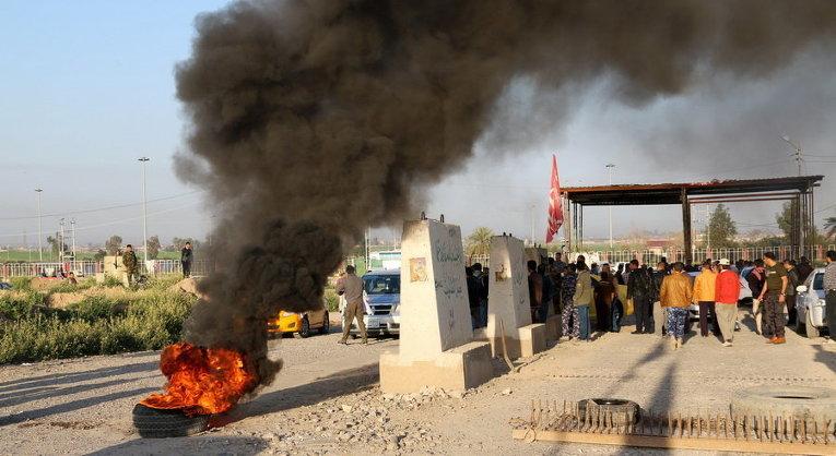 Люди протестуют против нападений ИГ на их деревню близ города Киркук, Ирак