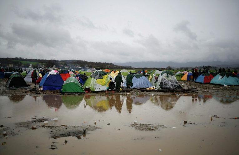 Мигранты в палаточном лагере на греко-македонской границе, недалеко от деревни Идомени, Греция