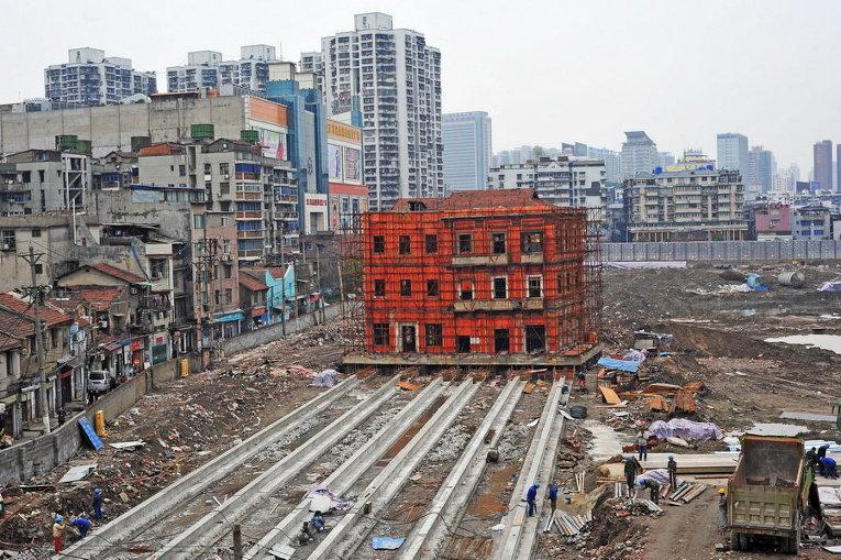 Перемещение старого здания для освобождения места для новых сооружений в городе Ухань, Китай