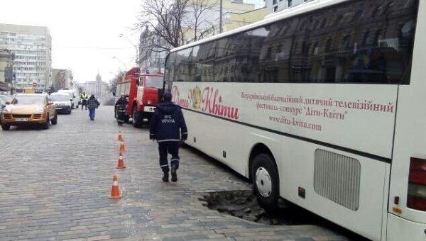 Провал дороги на Богдана Хмельницкого в Киеве