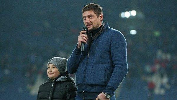 Экс-форвард Днепра Евгений Селезнев с сыном Русланом обращается к болельщикам после матча.