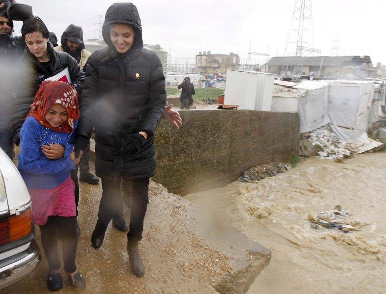 Аджелина Джоли в лагере сирийских беженцев в Ливане