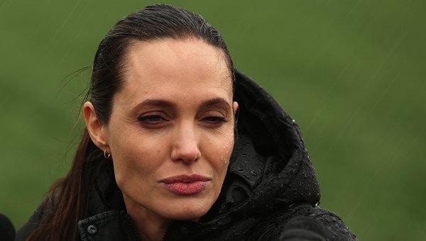 Аджелина Джоли в лагере сирийских беженцев. Архивное фото