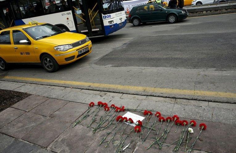 Цветы на месте теракта в Анкаре.