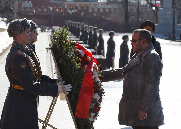 Король Марокко Мухаммед VI участвует в церемонии возложения венков к Могиле Неизвестного солдата у Кремлевской стены в Москве.