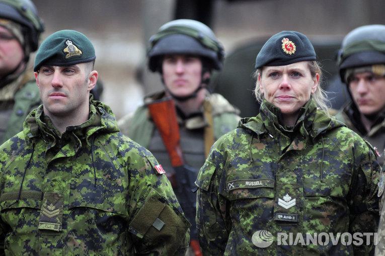 Канадские инструктора (на первом плане) и украинские военнослужащие во время боевых учений на Яворовском полигоне в Львовской области