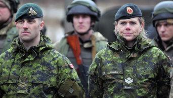 Канадские инструктора (на первом плане) и украинские военнослужащие во время боевых учений на Яворовском полигоне. Архивное фото