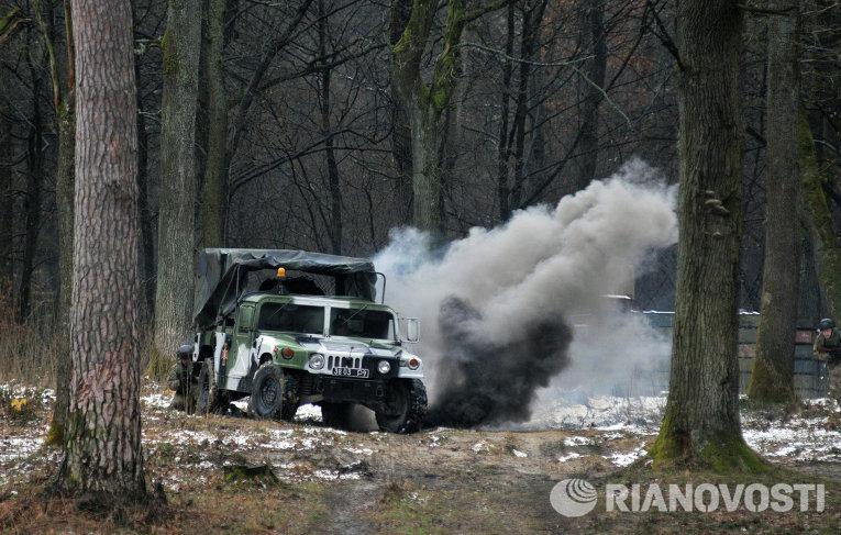 Вождение боевой машины во время имитации боевых действий на Яворовском полигоне в Львовской области