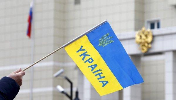 Флаг Украины на фоне герба России