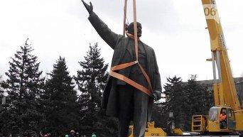 В Запорожье демонтировали памятник Ленину