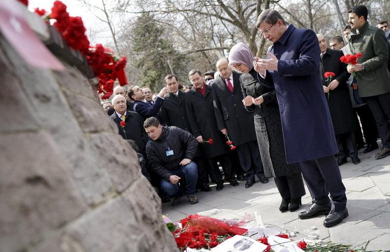 Премьер-министр Турции Ахмет Давутоглу и его жена Саре молятся на месте теракта в Анкаре