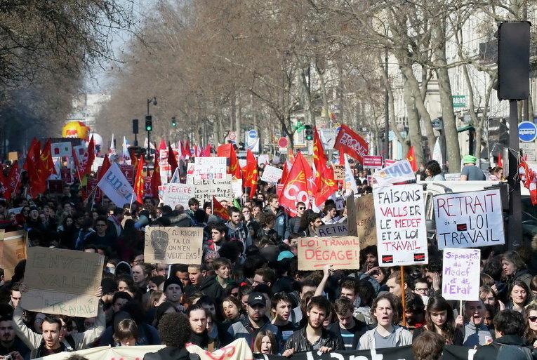 Студенты принимают участие в демонстрации против предложения законопроекта о реформе труда в Париже