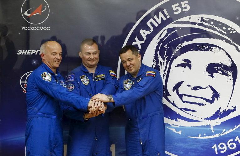 Члены Международной космической станции Джефф Уильямс из США, Алексея Овчинин и Олег Скрипочка из России после пресс-конференции на космодроме Байконур, Казахстан