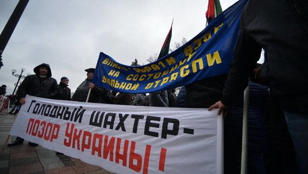 Шахтеры под Днепром отказались подниматься наповерхность, требуя повышения зарплаты