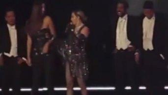 Мадонна оголила грудь фанатки на концерте. Видео