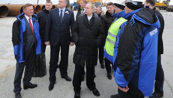 Президент России Владимир Путин (в центре) в Крыму