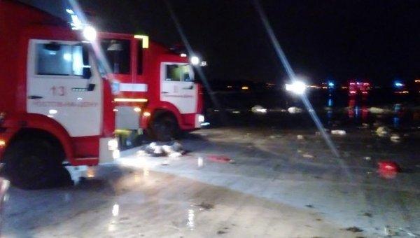 Спасатели на месте крушения самолета под Ростовом