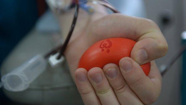 Донор сдает кровь. Архивное фото