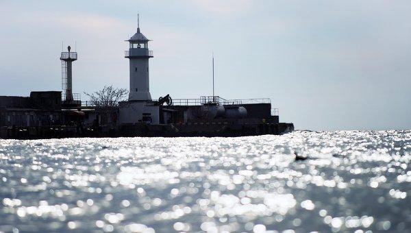 Маяк городского порта Ялты в акватории Черного моря.