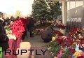 Люди несут цветы к аэропорту Ростова-на-Дону в память о погибших в авиакатастрофе