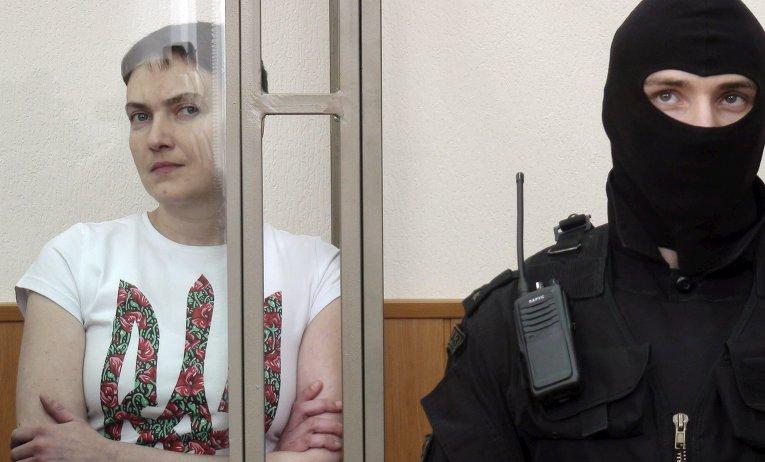 Надежда Савченко слушает оглашение приговора