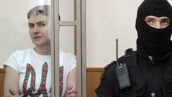 Надежда Савченко слушает оглашение приговора. Архивное фото