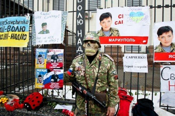Киевляне митингуют в поддержку Надежды Саченко под Посольством РФ в Киеве