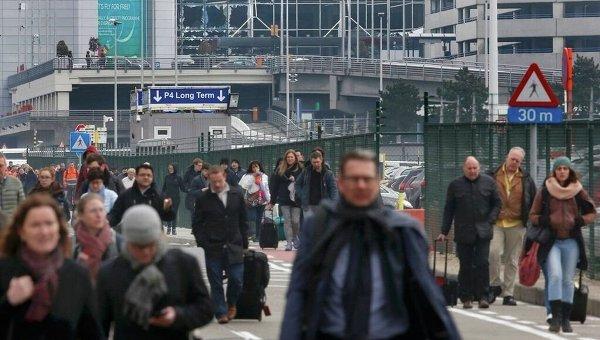 Евакуация из брюссельского аэропорта после взрывов. Архивное фото
