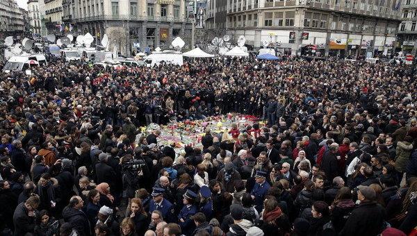 Во время минуты молчания вокруг импровизированного мемориала на площади в Брюсселе в память о погибших при терактах