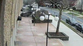 Кадры падения автомобиля на тротуар с 4 этажа паркинга. Видео