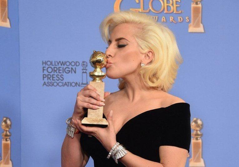 Lady Gaga позирует с наградой Золотой глобус за лучшую женскую роль в фильме Американская история ужасов: отель