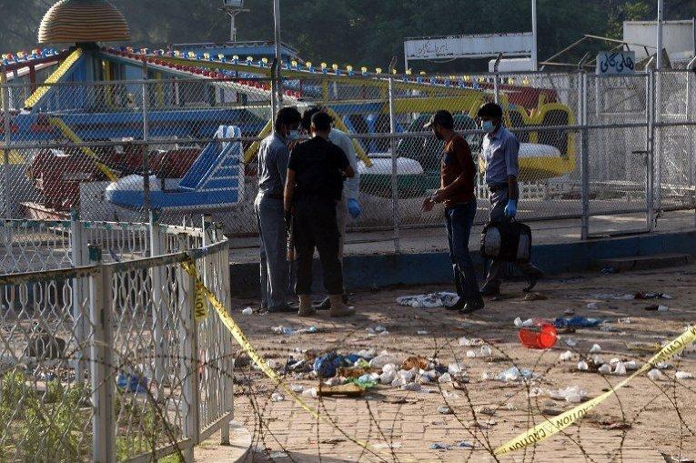 На месте взрыва в пакистанском Лахоре, погибли 69 человек. Речь идет о теракте, осуществленном террористом-смертником. Взрыв прогремел в части парка, куда часто приходят семьи с детьми.