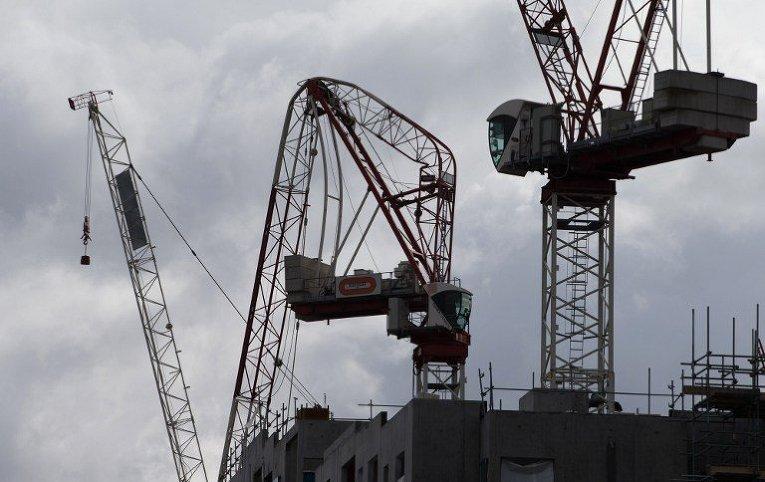 Из-за сильнейшего шторма в Лондоне наклонились строительные краны
