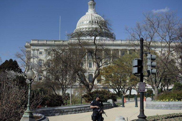 Полицейский возле Капитолия в США после инцидента со стрельбой