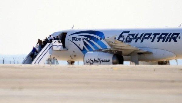 Захваченный египетский самолет А-320 компании Egyptair на Кипре в аэропорту Ларнаки