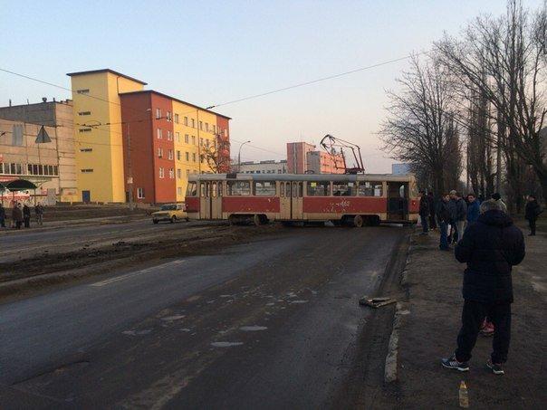 В Харькове трамвай слетел с рельсов