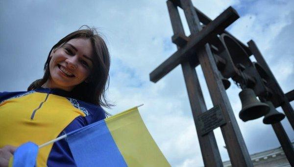 Девушка с флагом Украины. Архивное фото