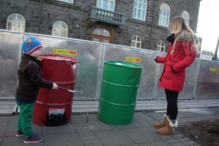 Протесты в Рейкьявике из-за оффшорного скандала, в который вовлечен премьер Исландии Сигмюндюр Давид Гюннлейгссон