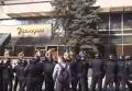 Силовики силой выселили людей в камуфляже из киевской гостиницы. Видео
