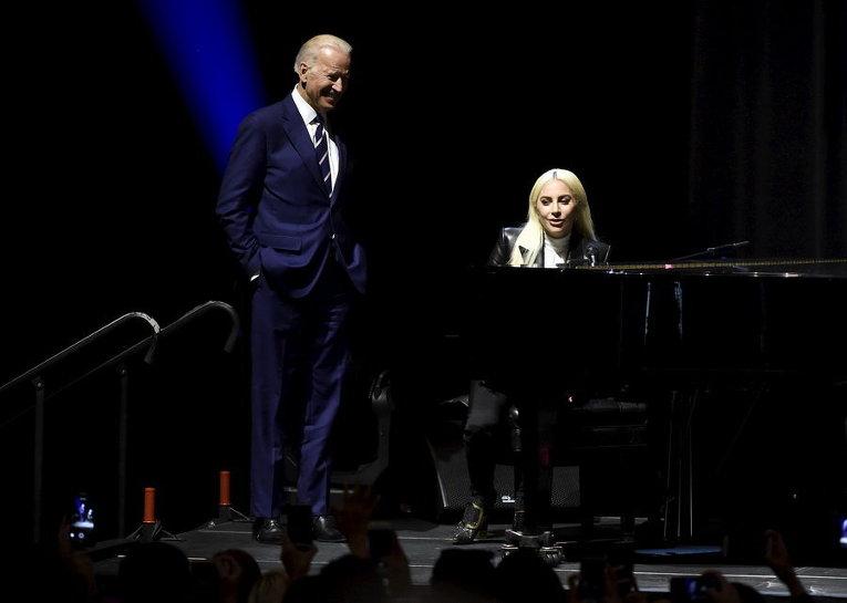 Вице-президент США Джо Байден и певица Lady Gaga во время мероприятия для повышения информированности о сексуальном насилии в университетских городках в Лас-Вегас.