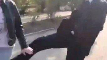 Под Одессой с криками бандеровцы, фашисты избили журналистов. Видео