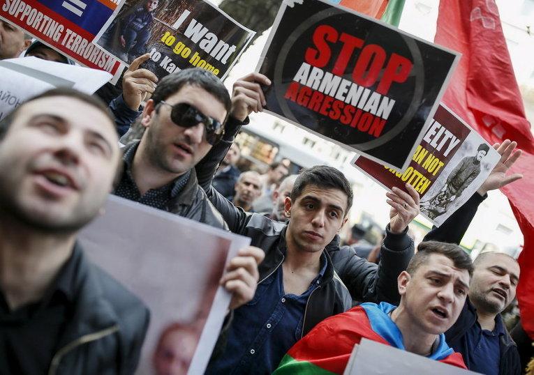 Люди принимают участие в митинге в поддержку Азербайджана в связи с конфликтом в непризнанном Нагорно-Карабахском региона, перед зданием посольства Армении в Киеве