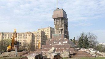 В Харькове начался демонтаж постамента, на котором стоял Ленин
