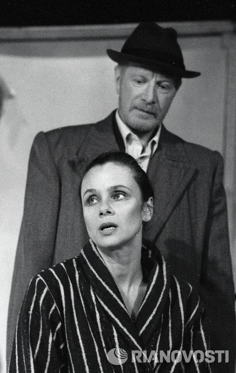 Лобовь Полищук и Альберт Филозов в спектакле Пришел мужчина к женщине