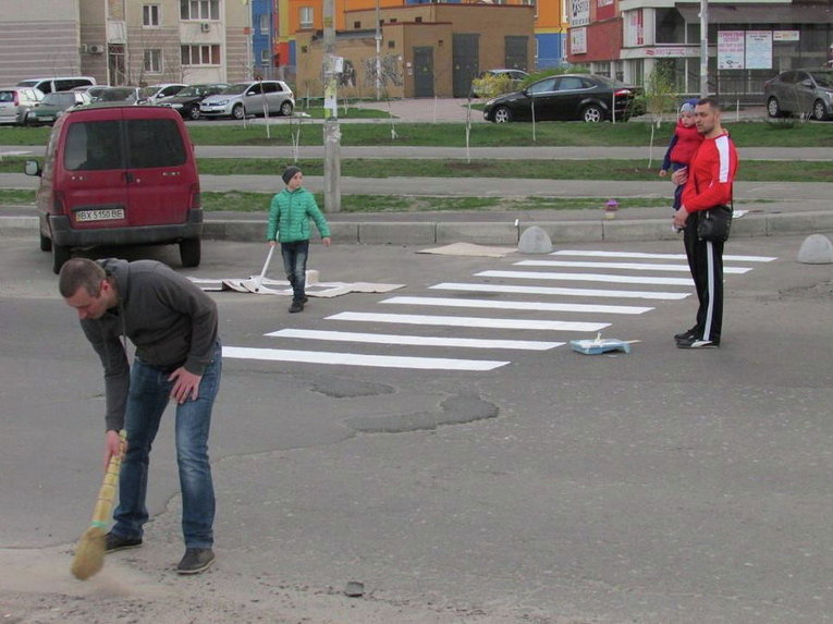 На Осокорках в Киеве жители сами нарисовали пешеходный переход