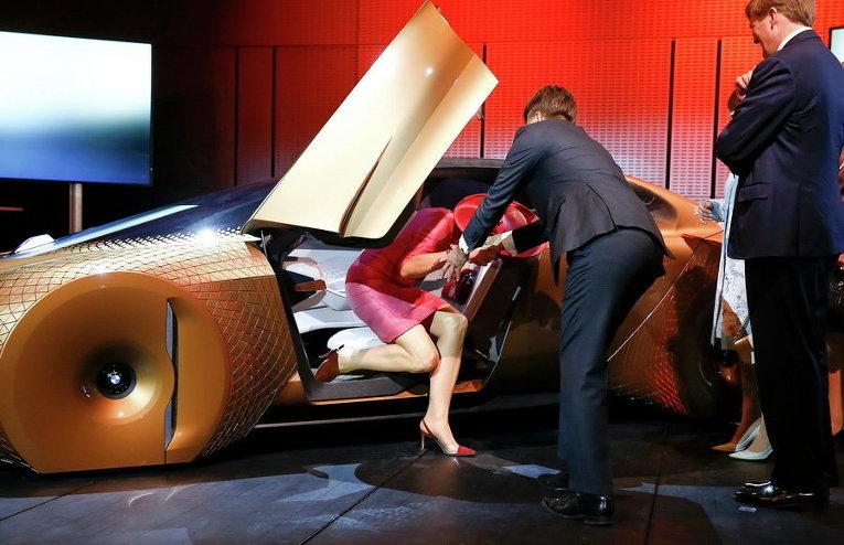 Королева Нидерландов Максима в концепт-каре BMW Vision 100 в Мюнхене